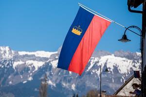Ein Land zeigt Flagge